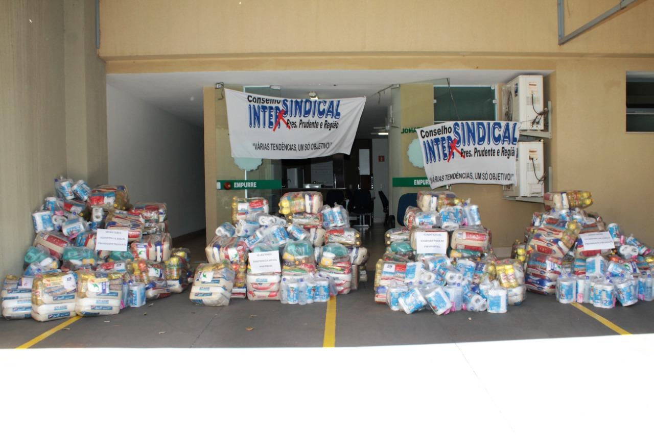 Conselho Intersindical entrega três toneladas de alimentos para entidades