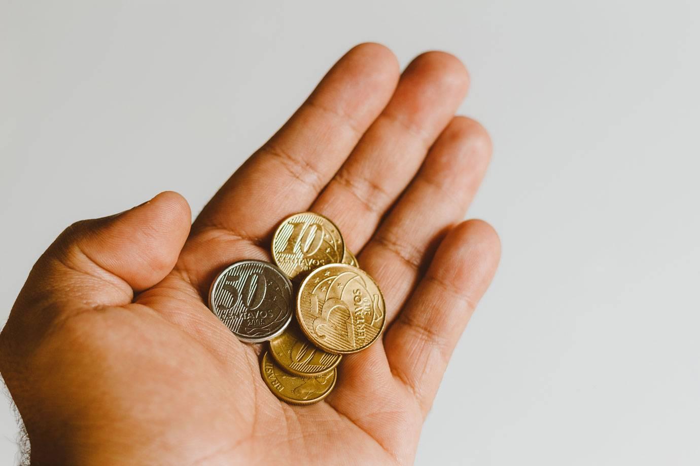 Na contramão do PIB, renda do brasileiro cai 10% com inflação em alta e desemprego recorde